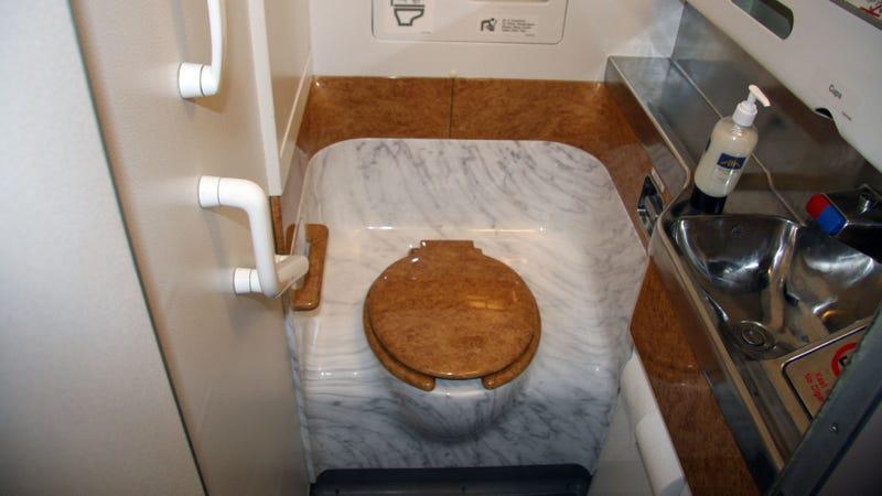 Illustration for article titled A lényeg: ilyen a Sólyom Airways fedélzeti vécéje!