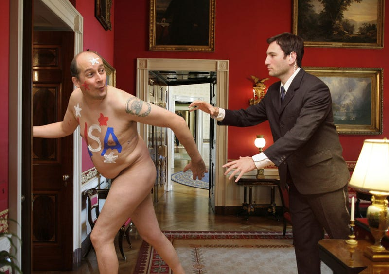 Illustration for article titled Security Guards Chase Naked USA Fan Around White House