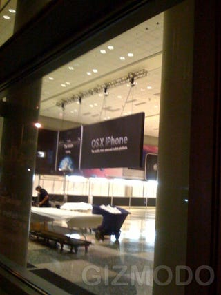 Illustration for article titled Sneak Photos of WWDC Show iPhone, Leopard Banners