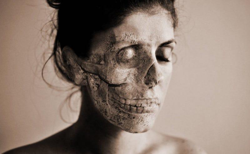 """Illustration for article titled """"Doctor, estoy muerto"""": el origen del terrorífico síndrome de Cotard, cuando los pacientes ven sus cuerpos descompuestos"""