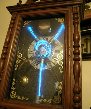 Illustration for article titled Steampunk Time Machine is a Prop for the Ultimate Nerd Halloween Costume