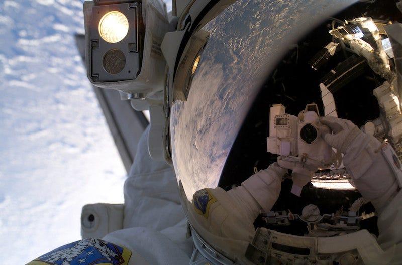 Enfermarse en el espacio no es lo ideal.