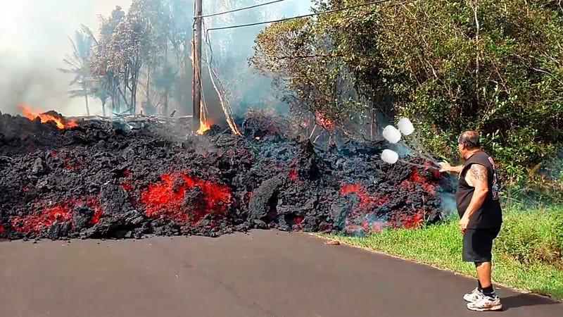 Illustration for article titled El Servicio Geológico de Estados Unidos explica por qué es mala idea asar malvaviscos sobre el volcán Kilauea