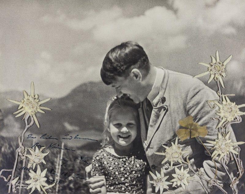 Illustration for article titled La foto de Hitler abrazando a una niña de origen judío se acaba de subastar por 11.000 dólares. Esta fue su historia
