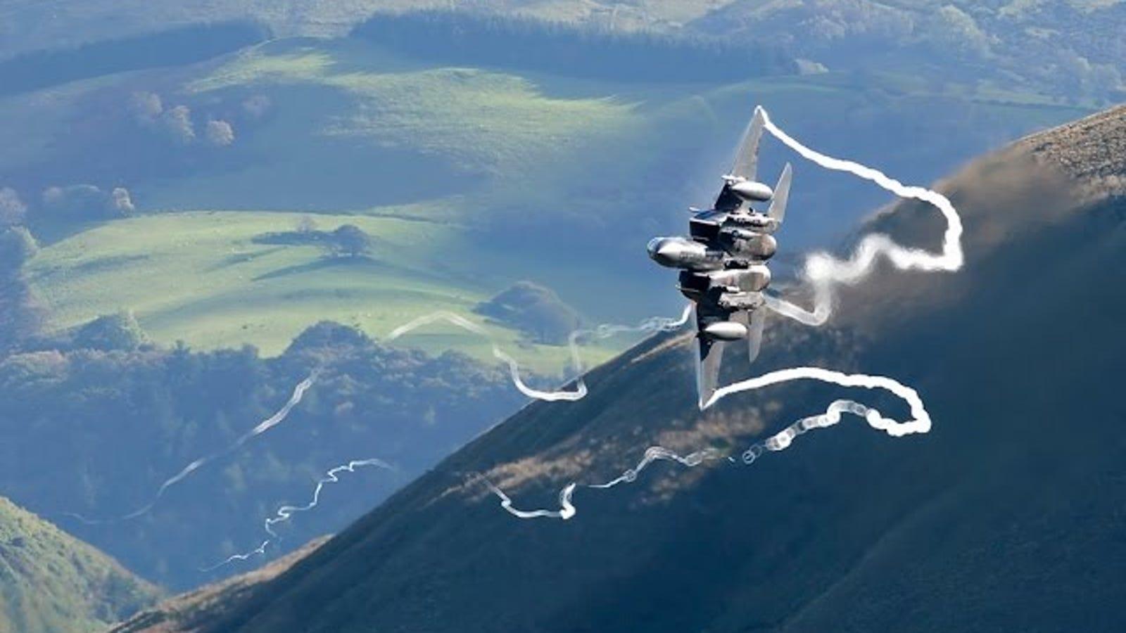 Mach Loop: así es volar un caza a ras de suelo entre montañas