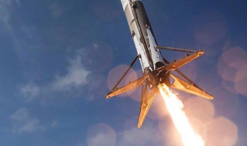 Illustration for article titled SpaceX volverá a intentar aterrizar el cohete Falcon 9 sobre una barcaza en el mar