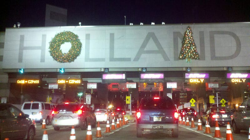 Illustration for article titled The Holland Tunnel Can't Even Get Christmas Decorations Right