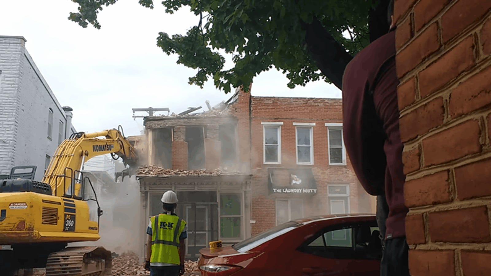 El momento exacto en el que un equipo de demolición se da cuenta que ha tirado abajo el edificio que no era