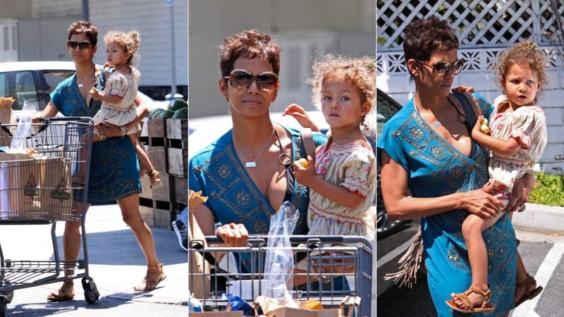 Illustration for article titled Halle Berry Picks Up A Little Something At The Grocery Store