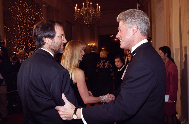 Steve Jobs shakes hands with President Bill Clinton at the White House's Chinese State Dinner on October 29, 1997 (Clinton Presidential Library)