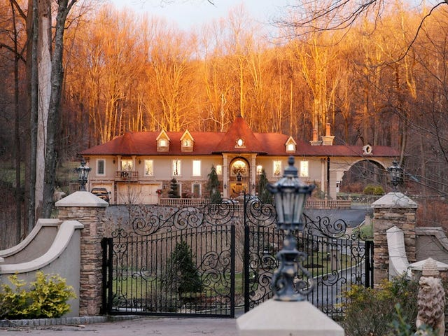 Your <i>Real Housewives of New Jersey</i> Dream McMansion está a la venta