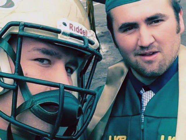 El linebacker de UAB protesta contra la escuela Prez al llevar casco a la graduación
