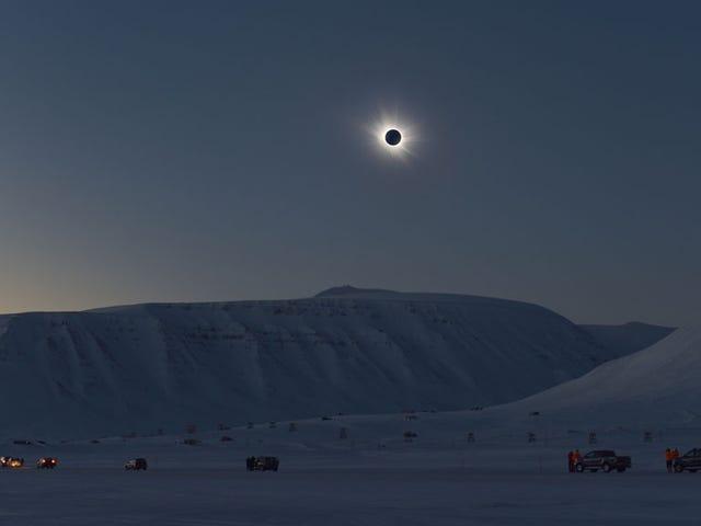Un eclipse solar total hace que el Ártico se vea como un mundo alienígena