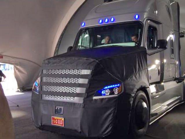 Freightlinerが初めての真の道-法的な自律ビッグリグを明らかにしました