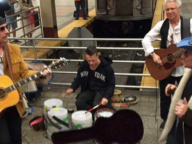 U2 NYC Metrosunda Bir Şov Yaptı, Metro Agresif Bir Şekilde Berbat