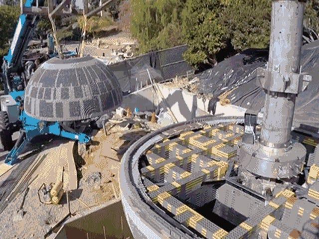 Phải mất nửa triệu viên gạch để xây dựng Death Star mới của Legoland