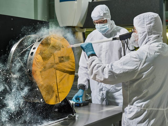 """Snow Cleaning"" Keeps This Giant Telescope Mirror Perfectly Pristine"