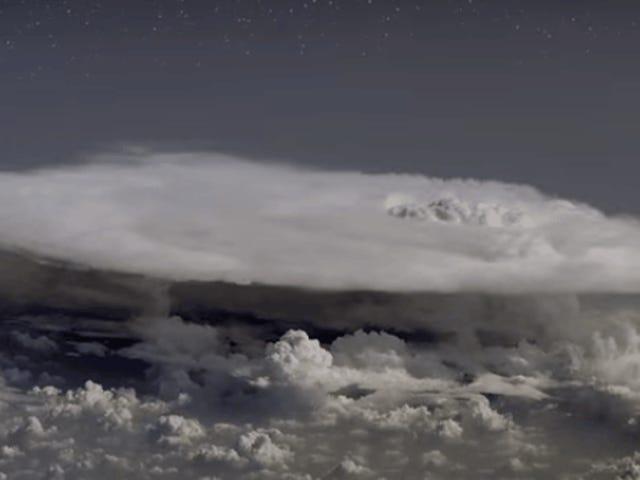 Un avión se adentra por error and una tormenta y detecta antimateria