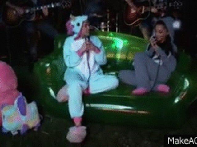 Y / N: Ariana og Miley klædt som babyer og lavede en dejlig duet