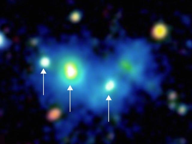 Astrónomos captan por 1ª vez una masiva estructura de 4 agujeros negros