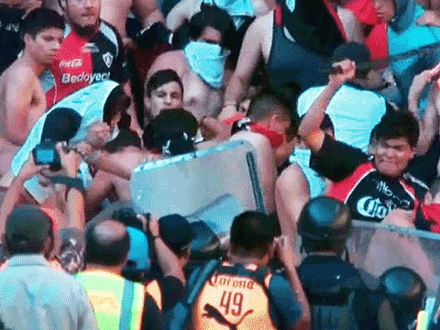 Riots Delay <i>El Clásico Tapatío</i> En tant que fans de l'Atlas attaquent les joueurs de Chivas