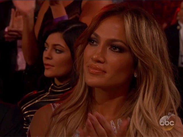 J.Lo прокручивала свой телефон во время рекламного щита Mariah Carey