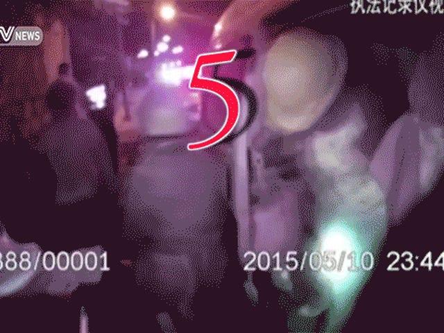 51 (51!) Pekerja Tiongkok Berhasil Mendorong Diri Ke Minivan Ini