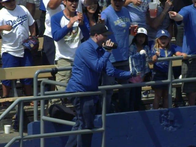 Dodgers Fan lui-même en train de capturer une balle