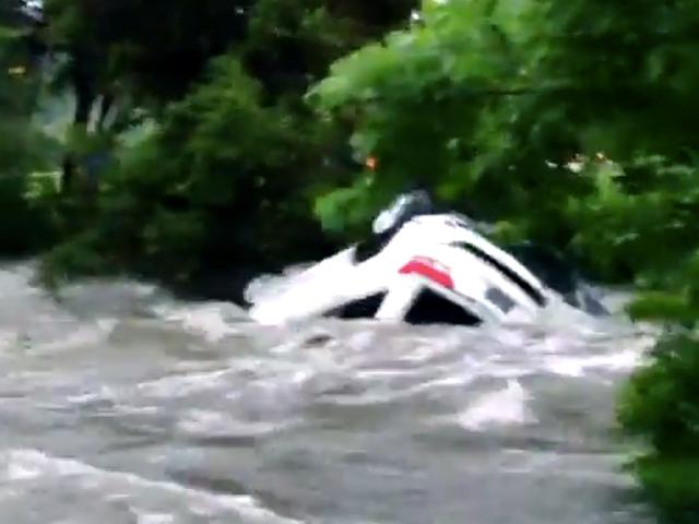 Guarda un flash flood in Texas Flip Una jeep con un ragazzo dentro