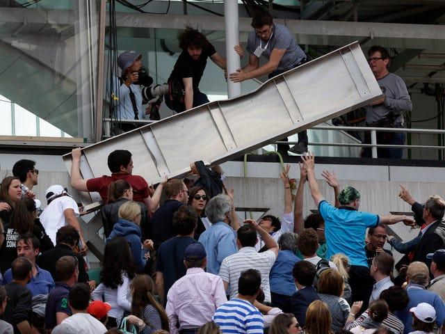 Người hâm mộ bị thương khi mảnh vỡ của bảng xếp hạng tại Pháp mở rộng
