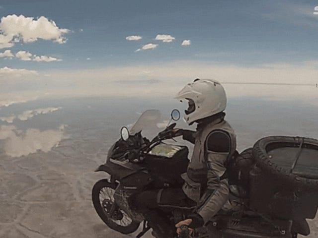 Đi xe máy trên những căn hộ muối được nhân đôi trông giống như đang bay trên bầu trời
