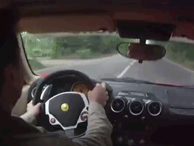 Tonton Pengemudi Ferrari Hindari Menghindari Kecelakaan Ganda yang Mengerikan