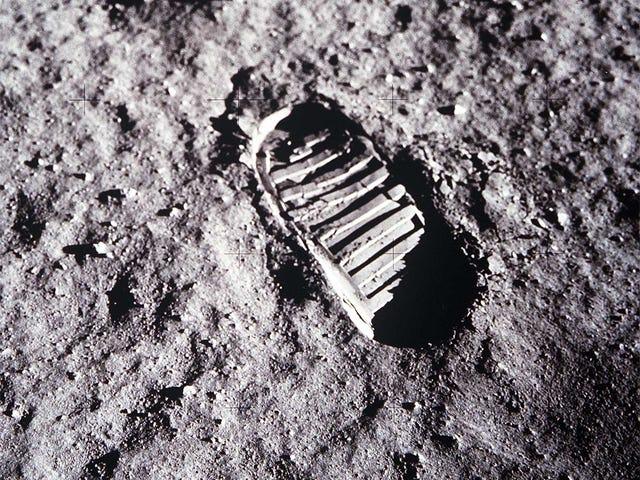 Следы миссии Apollo исчезают быстрее, чем мы думаем