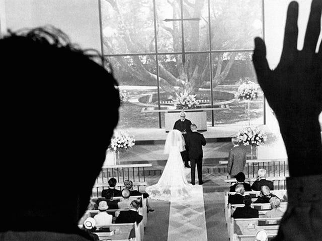 Người phụ nữ nhìn thấy hình ảnh đám cưới của bạn trai, vẫn không chắc anh ta lừa dối