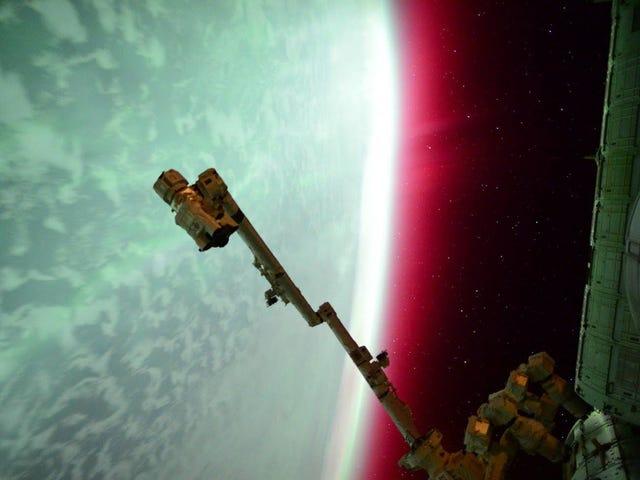 La foto to espressacular de una aurora roja vista desde el espacio