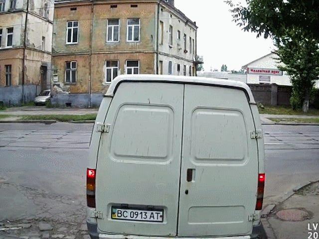 Skræmmende fodgængerkollision med varevogn