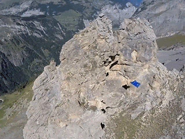 Video: Hombre volador en traje de ala rebanada a través de un agujero en una montaña