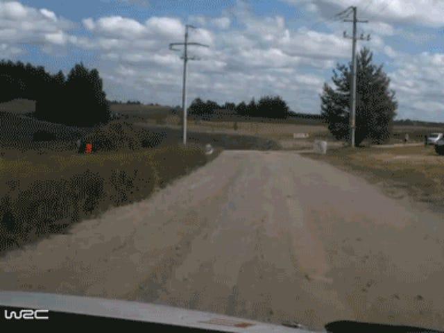 Regarder un pilote de rallye professionnel rouler sa voiture sur le premier coin