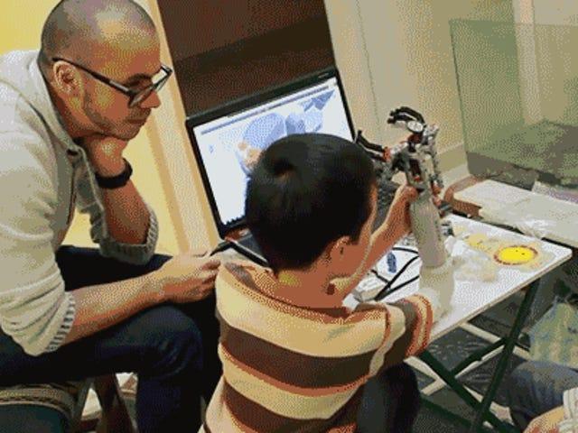 Ένα πρόσθιο προστατευτικό βραχίονα επιτρέπει στους παιδιά να χτίζουν τα δικά τους συνημμένα