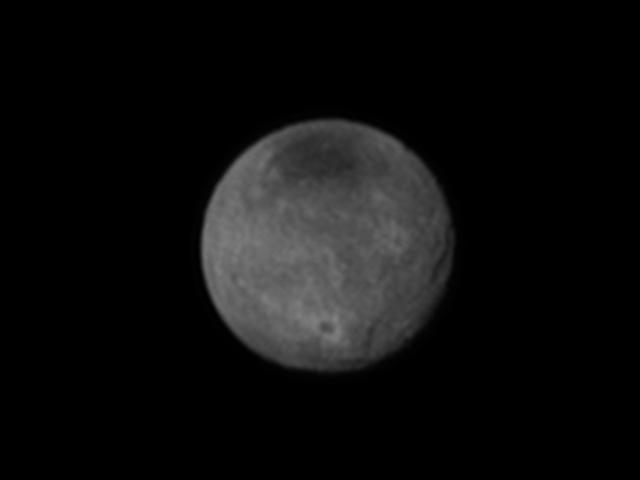 La luna más grande de Plutón tiene cañones y enormes cráteres