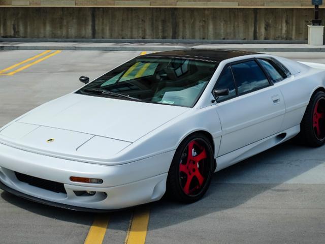 Rivivi le fantasie delle auto sportive degli anni '90 con questo Lotus Esprit S4 modificato