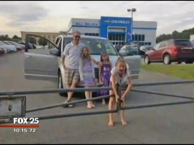 家族は固定された後車のディーラーから彼らの方法を見た