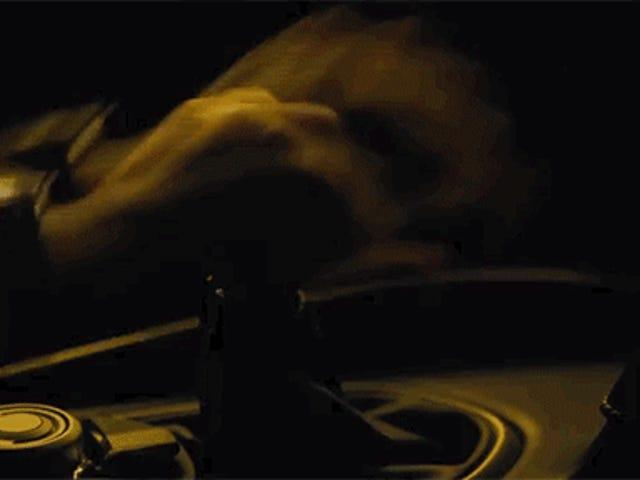 Se James Bond può continuare a guidare un manuale, perché non possiamo?