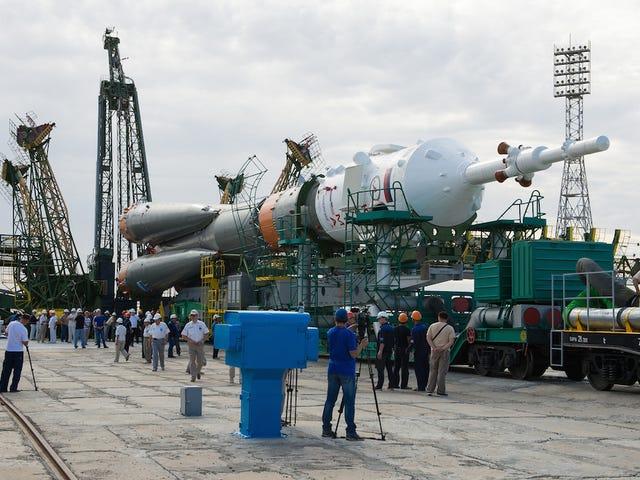 अंतरराष्ट्रीय अंतरिक्ष स्टेशन के लिए एक 3 व्यक्ति चालक दल विस्फोट देखें