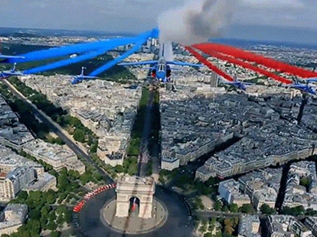 Menonton pesawat terbang terus melalui Paris dengan terbang di atas jalan