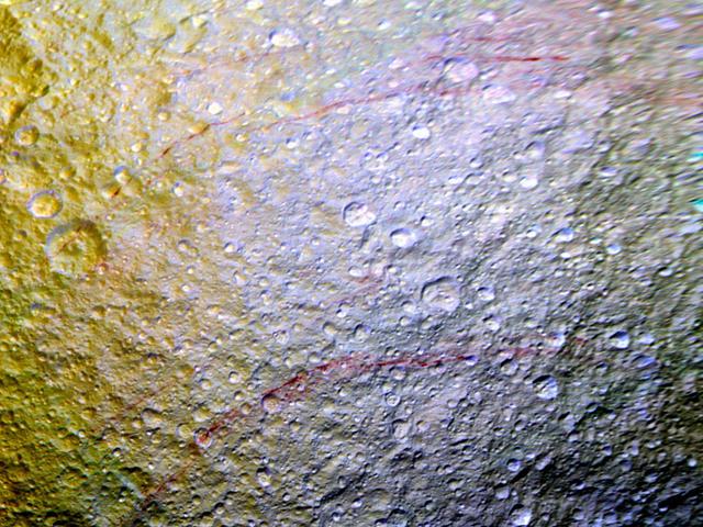 "Cassini Spies ""Unusual"" Red Arcs pada Saturn's Icy Moon Tethys"