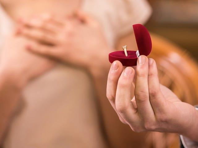 हीरो मैन ने शादी के प्रस्ताव के बीच में डकैती रोक दी
