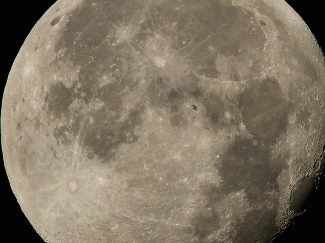 Kan du upptäcka den internationella rymdstationen som den korsar månen?