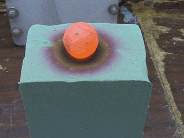 Ang red hot nickel ball na nasusunog sa pamamagitan ng foam ay pumipihit sa spectrum ng kulay