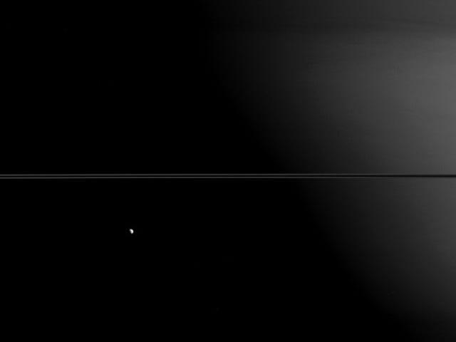 Mimas, Dione og los anillos de Saturno alineados og en perfekt bilde